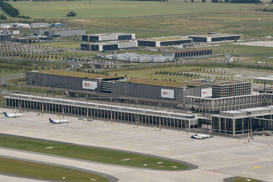Volkswagen muss aus Parkplatznot seine Neuwagen auf dem BER-Gelände Parken (Symbolbild).