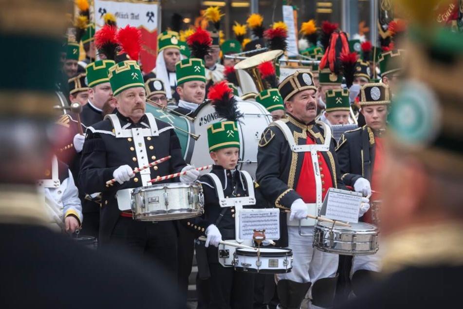 Bei der Chemnitzer Bergparade werden über 700 Uniformträger erwartet.