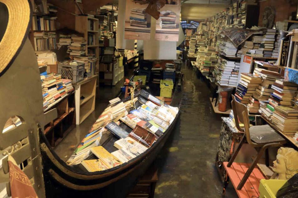 """Hochwasser steht in der renommierten venezianischen Buchhandlung """"Acqua Alta"""" (Hochwasser)."""