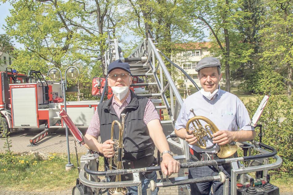 Spielten eine knappe Stunde lang auf der Drehleiter: Imanuel Vollprecht (66, Posaune) und Thomas Burghardt (59, Flügelhorn) vom Bläserchor der Brüdergemeinde Niesky.