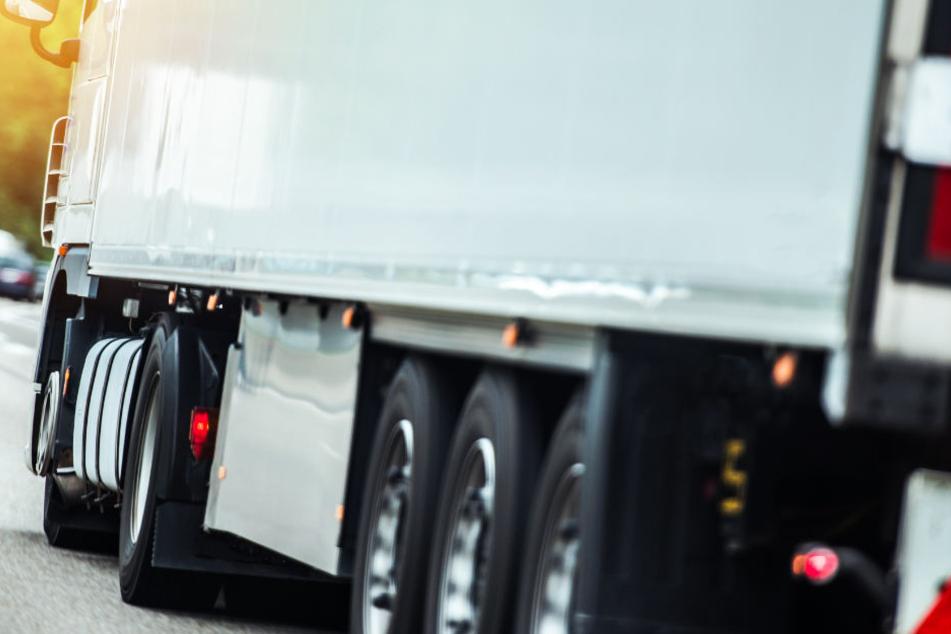 Ein Lastwagenfahrer hatte den Fußgänger in Langquaid übersehen. (Symbolbild)