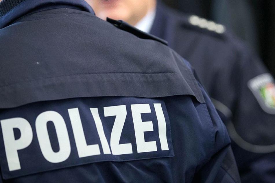 Aus religiösen Gründen verweigerte ein Polizist muslimischen Glaubens seiner Kollegin den Handschlag.