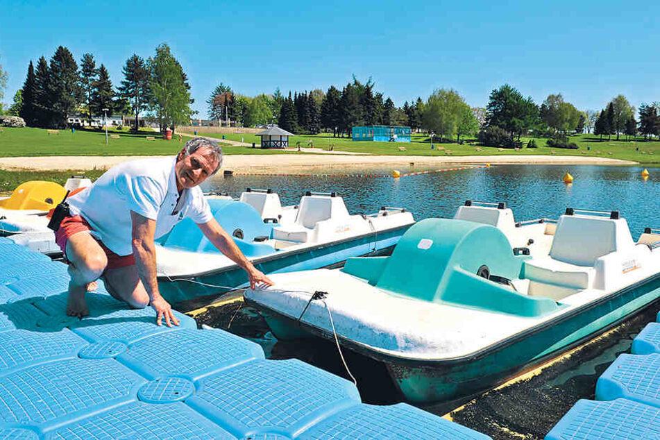 Zum Saisonstart muss alles perfekt sein: Rettungsschwimmer Alexander Uhlig (57) wirft einen Blick auf die Wassertreter am Stausee Rabenstein.