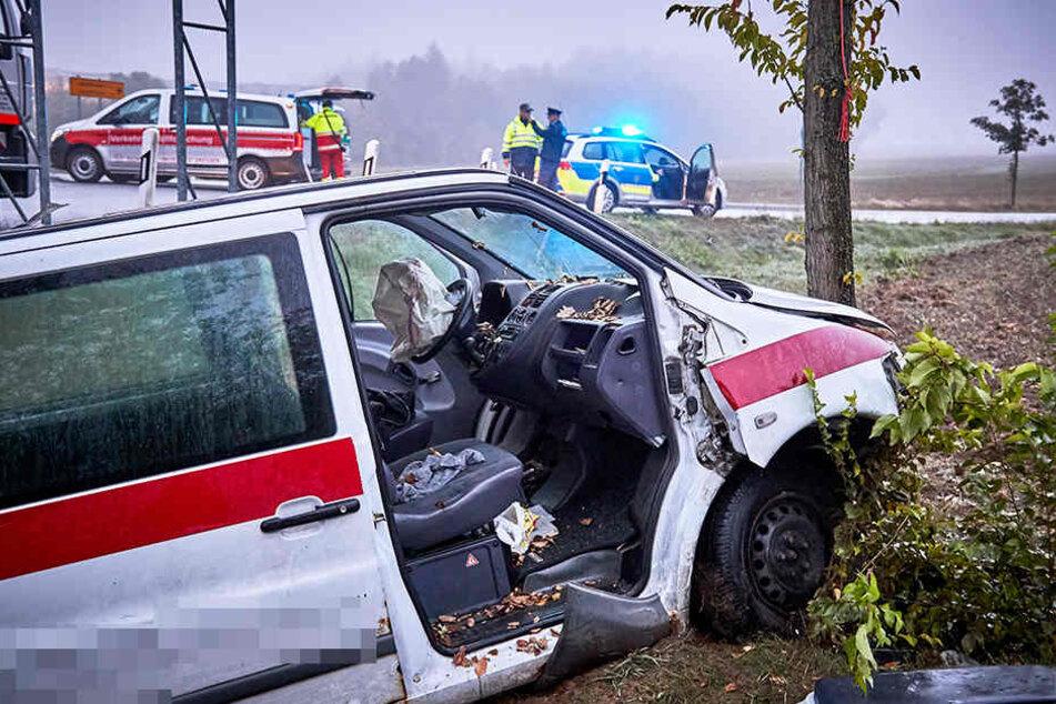 Vom Kreisverkehr in den Straßengraben geschleudert: Der Fahrer dieses Mercedes wurde dabei schwer verletzt.