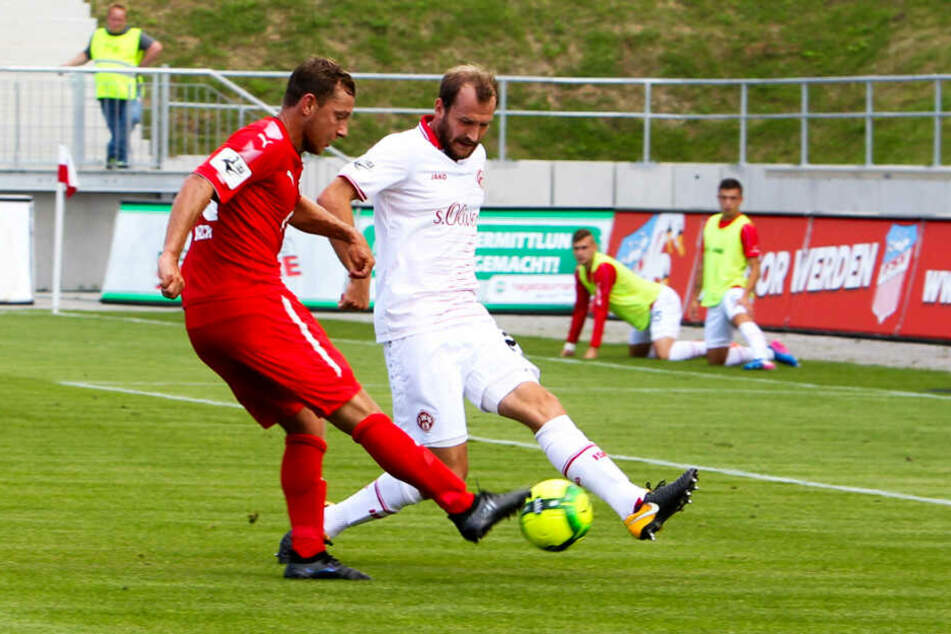 Im Trkot der Würzburger Kickers: Sebastian Neumann (r.) blockt den Schuss von Zwickaus Robert Koch.