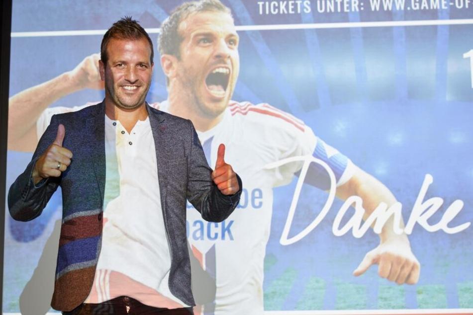 Der Ex-HSV-Profi, lächelt auf einer Pressekonferenz zum Abschiedsspiel am 13. Oktober.