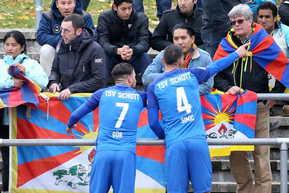 Die Spieler des Regionalligisten im Austausch mit den Tibet-Aktivisten.