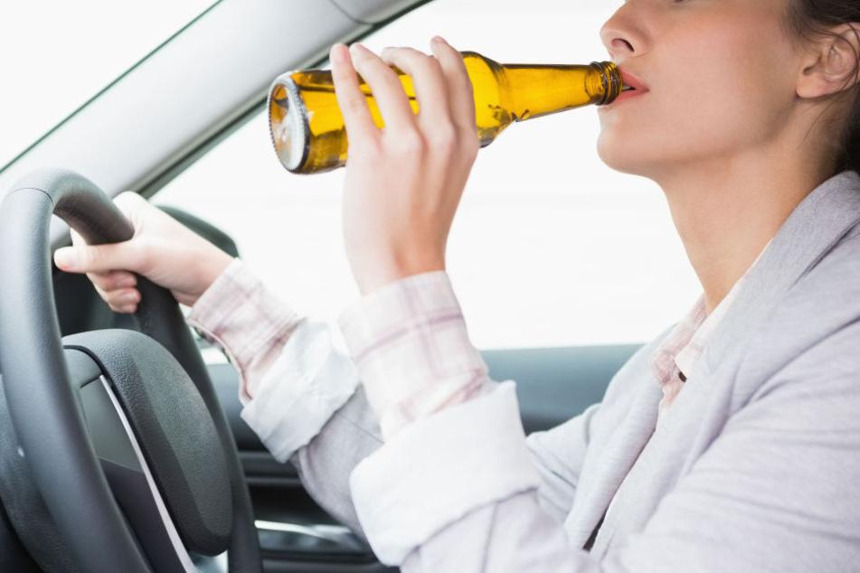 Die Frau hatte 1,91 Promille und fuhr trotzdem mit ihren Kindern im Auto umher. (Symbolbild)