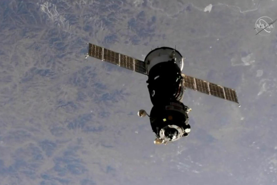 Die Sojus-Raumkapsel mit dem deutschen Astronauten Alexander Gerst an Bord, kurz nachdem sie von der Internationalen Raumstation ISS abgedockt hatte.
