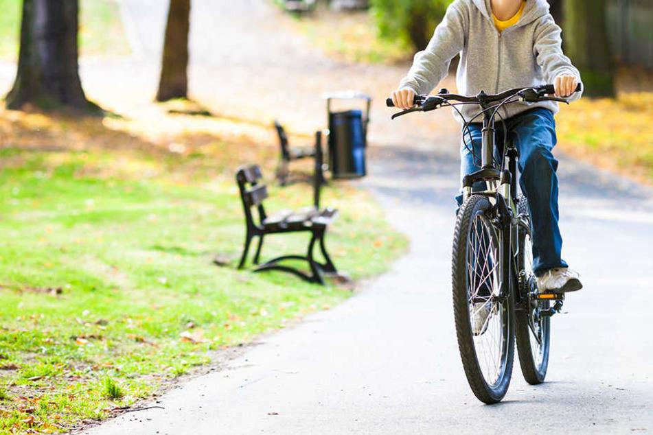 Männer prügeln 11-Jährigen von geklautem Fahrrad