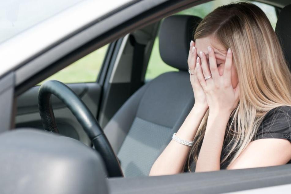 Der Mann sprang der Frau vor ihr Auto und zwang sie so anzuhalten. (Symbolbild)