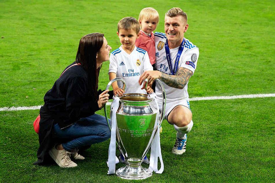 Toni Kroos feiert den vierten Champions-League-Sieg seiner Karriere mit seiner Frau Jessica Faber und seinen Kindern Leon und Amelie.