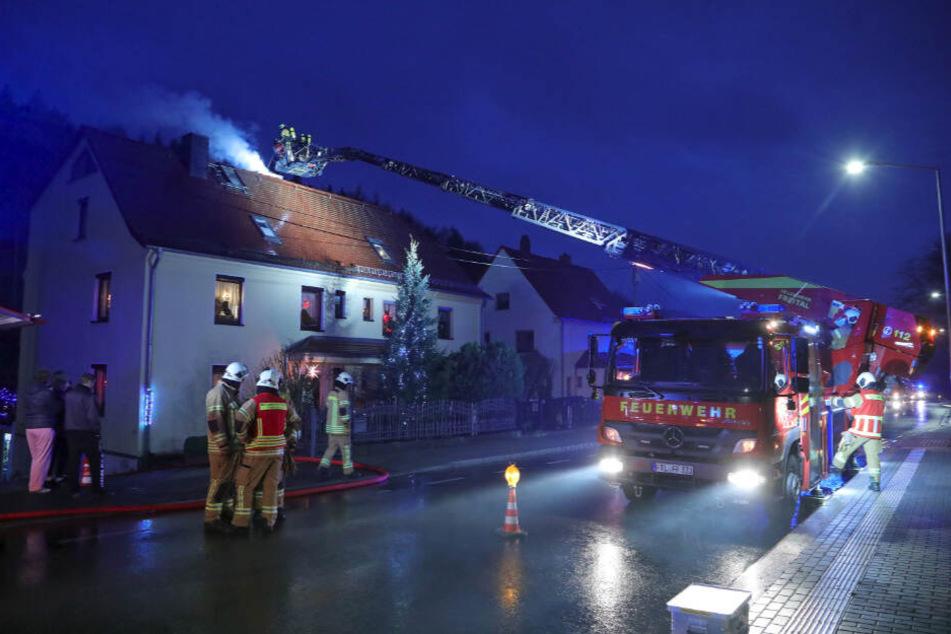 Ein Schornsteinbrand rief am Donnerstagnachmittag Feuerwehr und Schornsteinfeger in die Poisentalstraße.