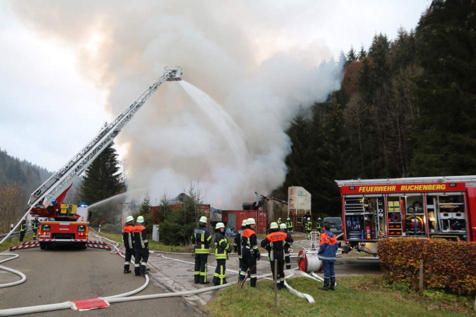 Die Feuerwehr löschte den Brand der Halle.