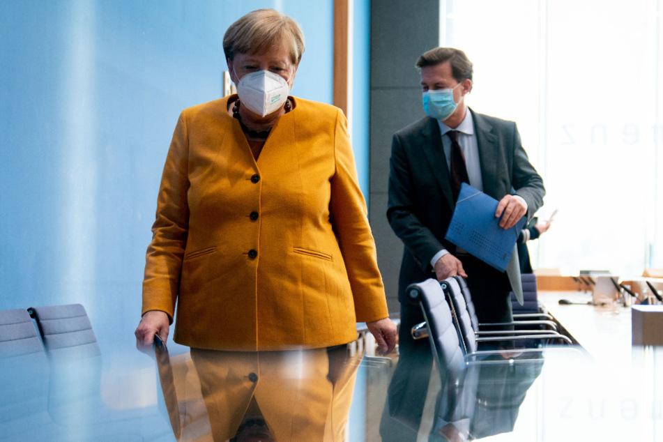 Bundeskanzlerin Angela Merkel (66, CDU) und Pressesprecher Steffen Seibert (60).