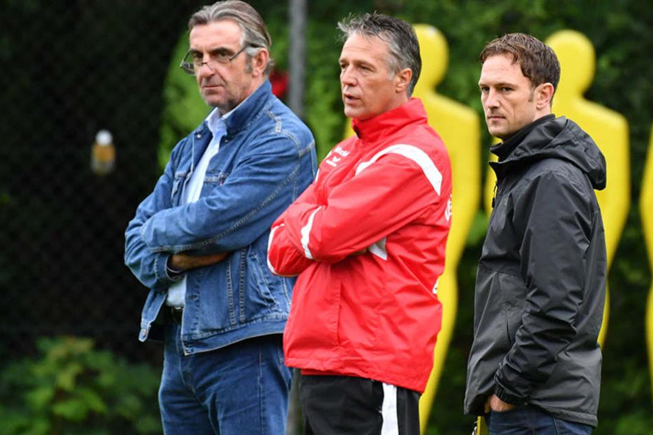 Sportdirektor Ralf Minge (li.) ist mit dem Saisonstart seiner Dynamos zufrieden.