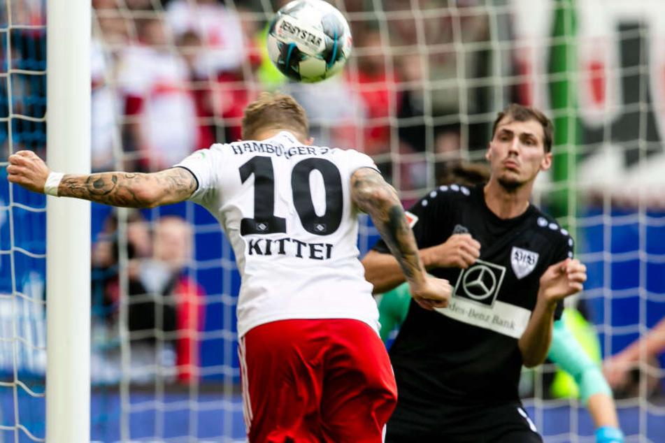 Hamburgs Doppeltorschütze Sonny Kittel (l) trifft per Lopf zum 3:1 für den HSV.