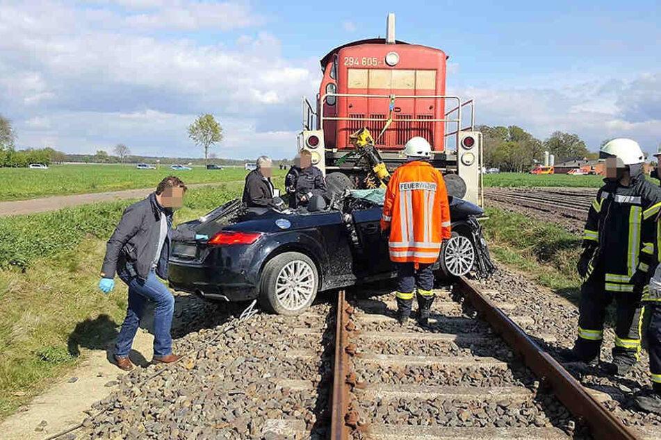 Die Frau war laut Polizeiangaben sofort nach dem Zusammenstoß mit der Bahn tot.