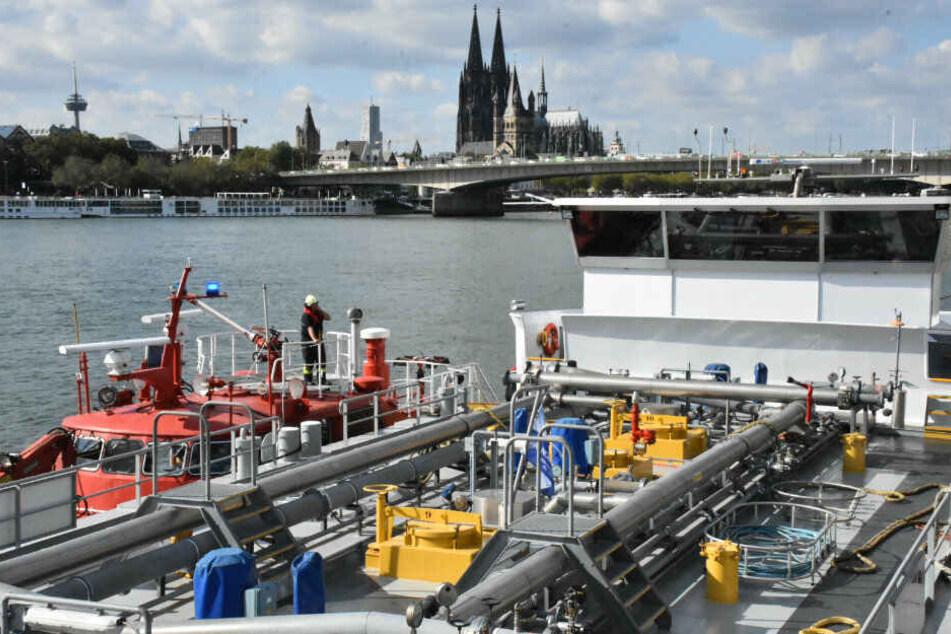 Ein Tankschiff brannte am Donnerstagnachmittag auf dem Rhein.