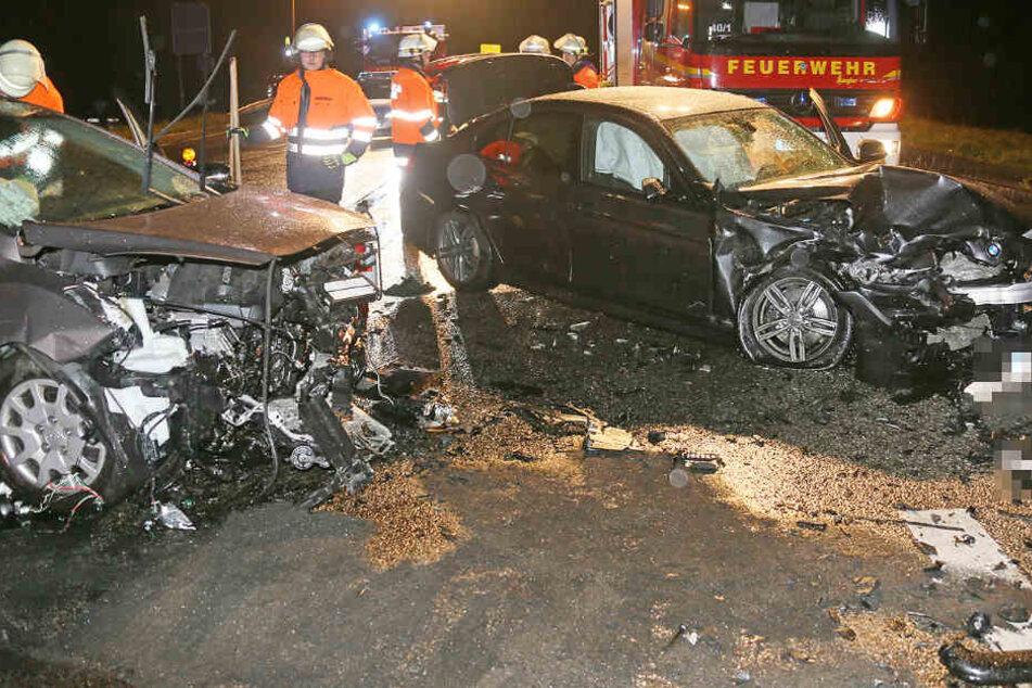 Bundesstraße ist ein Trümmerfeld: BMW mit Frontal-Zusammenstoß, Fahrer verletzt