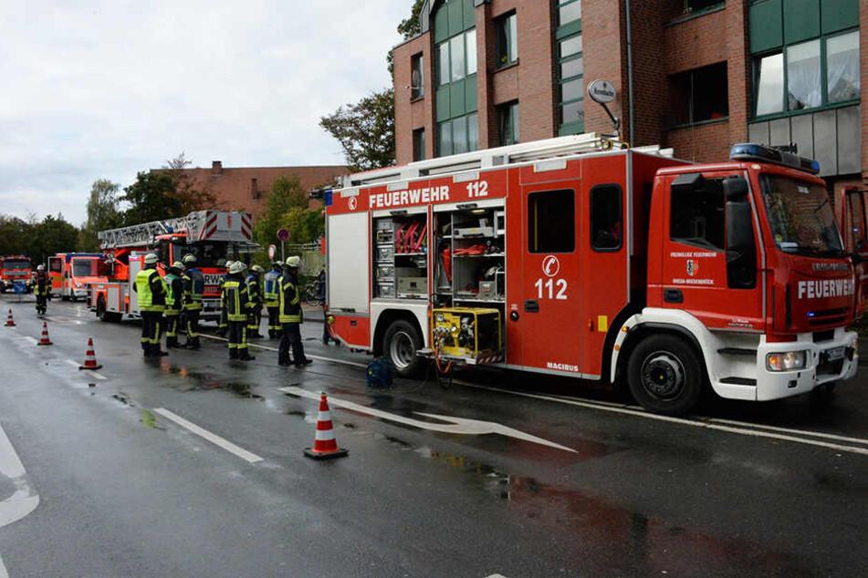 Die Feuerwehr rückte mit einem Leiterwagen an, um den Brand zu löschen.