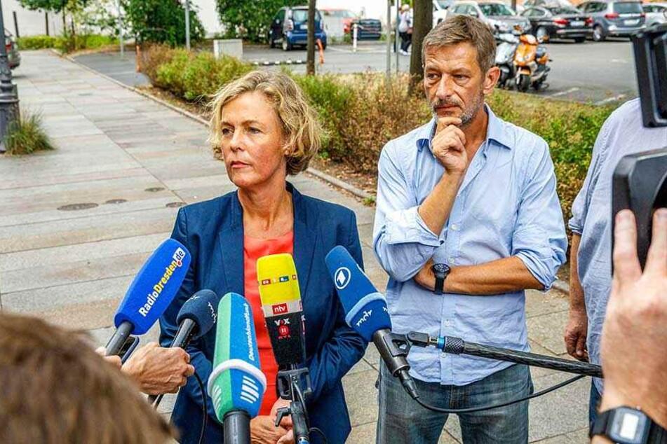 ZDF-Frontal21-Chefin Ilka Brecht und der Redakteur Arndt Ginzel bei ihrem Statement vor der Presse.