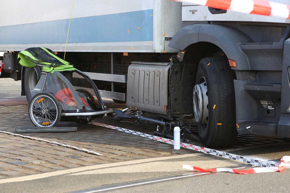 Das Fahrrad wurde unter dem LKW eingeklemmt.