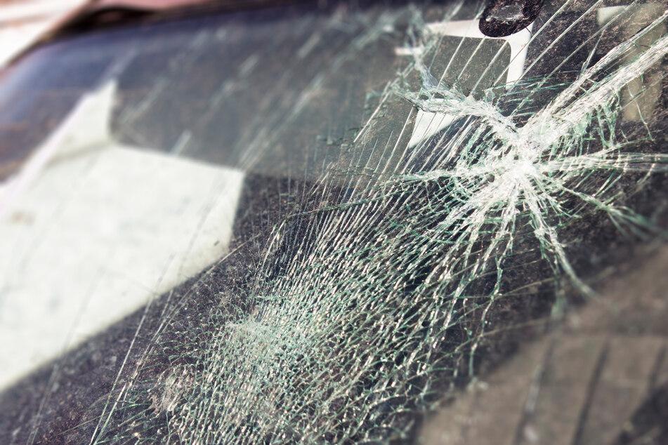 Unfall A2: Gruppe wirft Gegenstände von Autobahnbrücke und trifft Fahrzeug: Polizei sucht Zeugen!