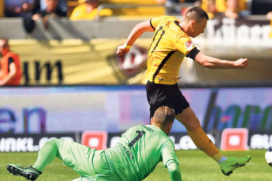 Spät in der Saison: Gegen Köln-Keeper Timo Horn (am Boden) erzielte Haris Duljevic beim 3:0-Sieg am 30. Spieltag seinen bisher einzigen Saisontreffer.