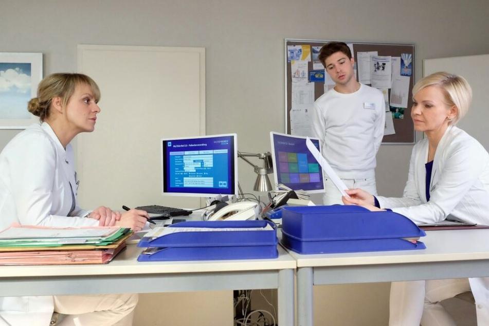 In einem Fax widerspricht Claras Mutter Sina aber einem Eingriff. Dr. Lea Peters (l.) und Dr. Kathrin Globisch (r.) sind die Hände gebunden, sie dürfen nicht operieren.