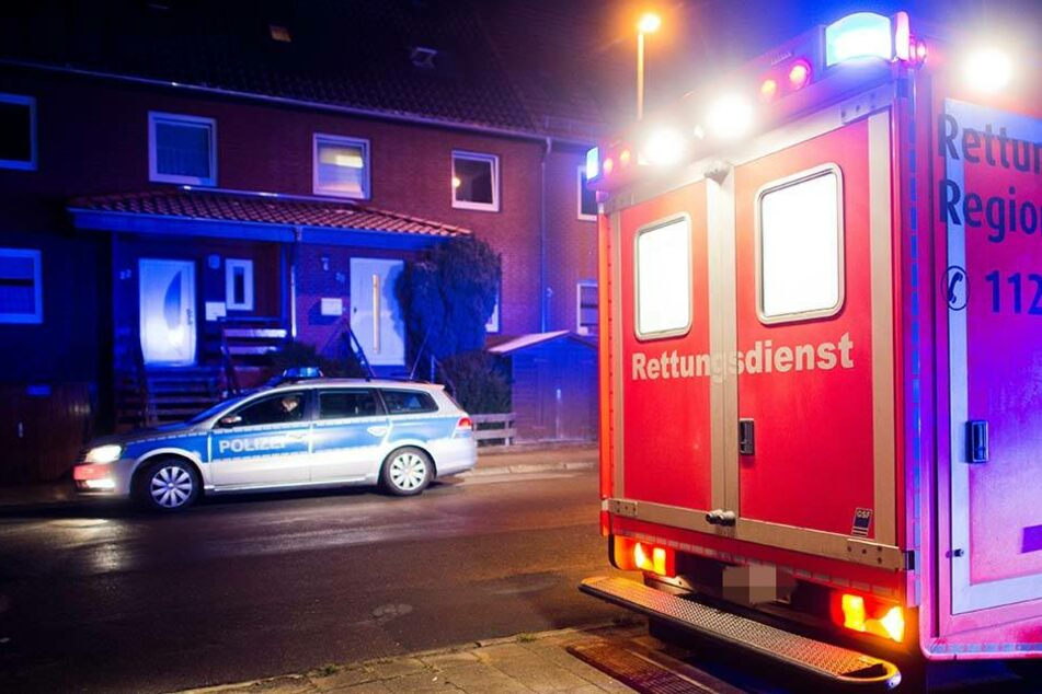Die Beamten gingen dem Hinweis des Anrufers nach und fanden einen 22-Jährigen tot in seiner Wohnung auf. (Symbolbild)