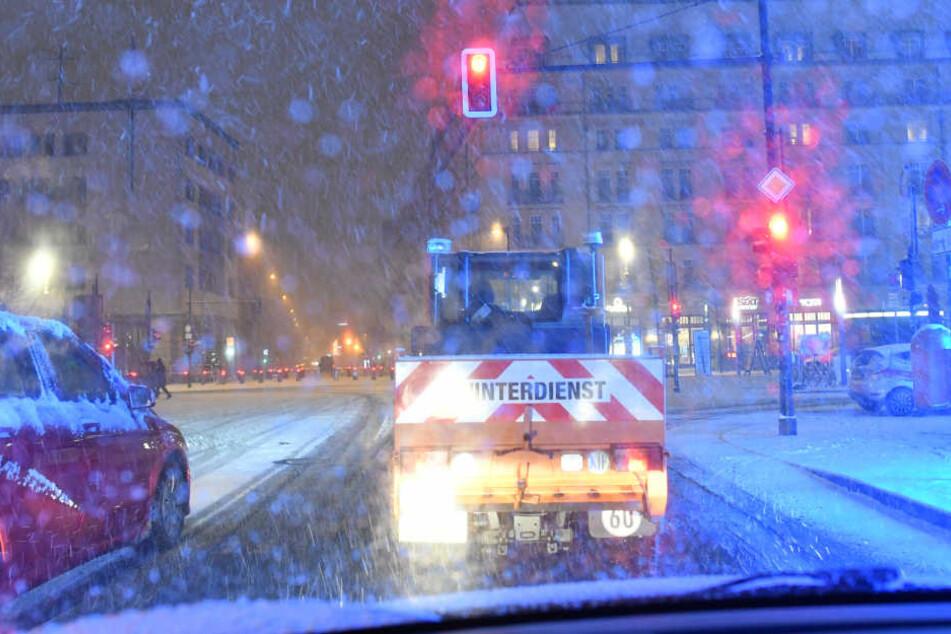 Vielerorts - wie hier in Berlin - wurden die Autofahrer vom Wintereinbruch überrascht.