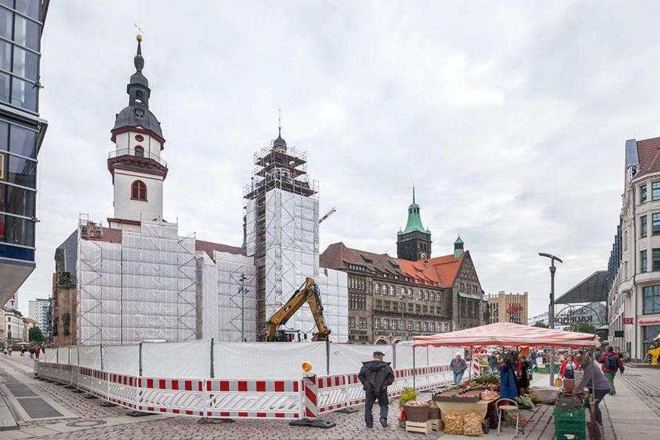 Bald ordentlich herausgeputzt: Auch die Fassade des Alten Rathauses (l.) wird bis voraussichtlich  November 2017 erneuert.