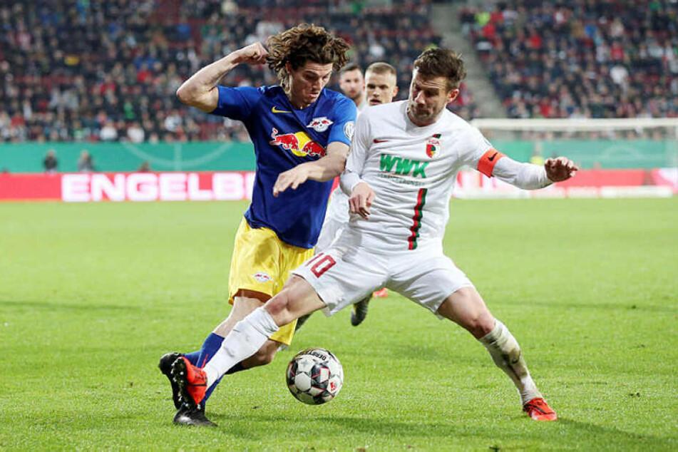 Beackerten sich häufig gegenseitig: RB Leipzigs Marcel Sabitzer (l.) und Augsburgs Kapitän Daniel Baier.