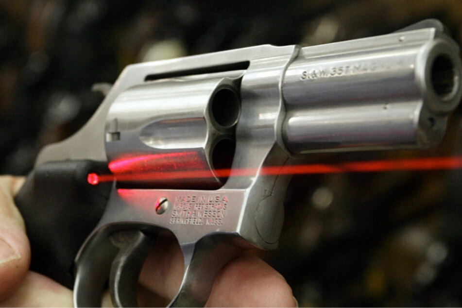 Bei beiden Überfällen wurde eine kurze silberne Schusswaffe verwendet (Symbolbild).