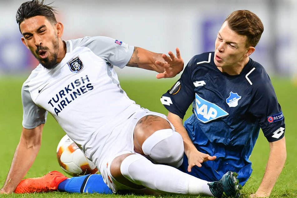 Hoffenheims Dennis Geiger (r) und Istanbuls Irfan Kahveci kämpfen um den Ball.