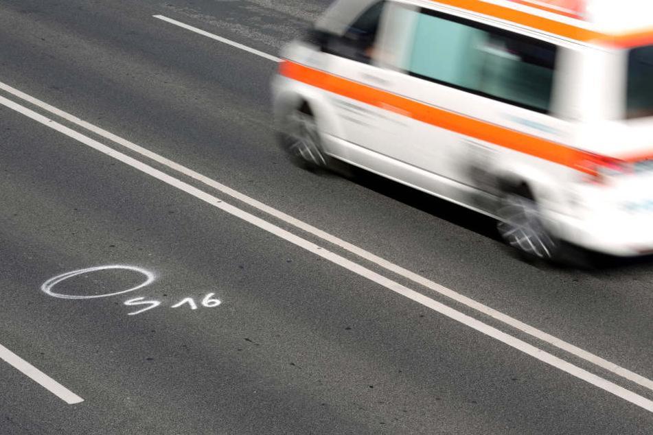 Eine 64-jährige Autofahrerin übersah beim Überholen eines Lkw einen entgegenkommenden BMW und stieß frontal mit ihm zusammen. (Symbolbild)