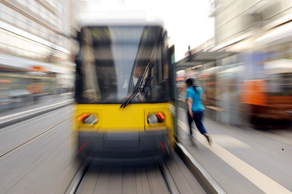 Der Straßenbahnverkehr musste aufgrund des Vorfalls für rund eine Stunde unterbrochen werden. (Symbolbild)