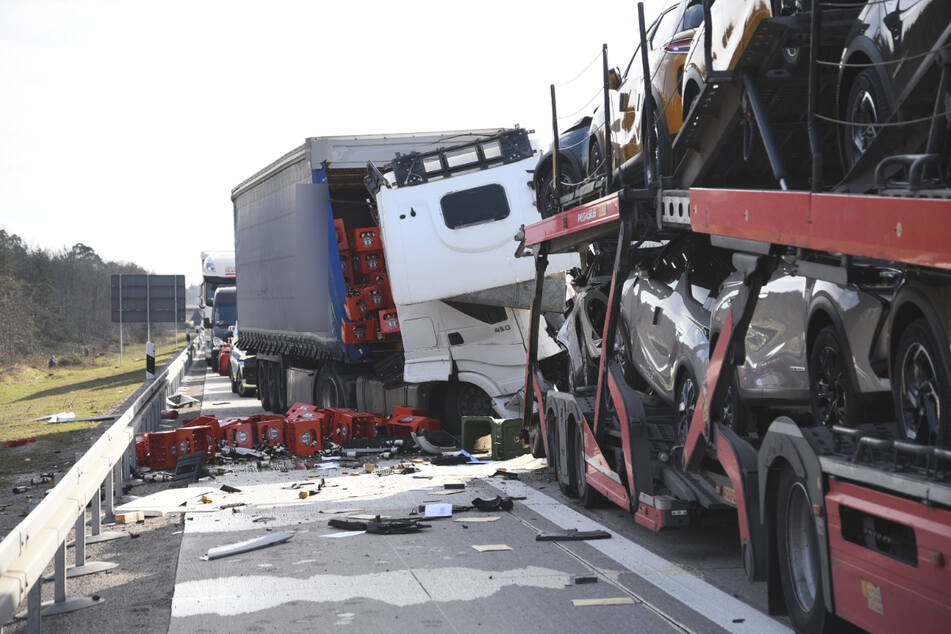 Nach dem Unfall musste die A5 voll gesperrt werden.