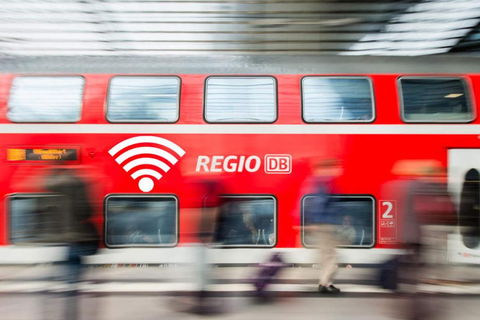 Statt den bekannten roten DB Regio Zügen rollen immer öfter Wagen der Mitbewerber durchs Land. Deshalb muss die Bahntochter Stellen abbauen.