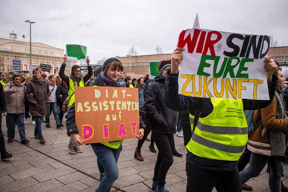 Etwa 700 Therapeuten kamen Samstag in Leipzig zusammen, um für bessere Arbeitsbedingungen zu demonstrieren.
