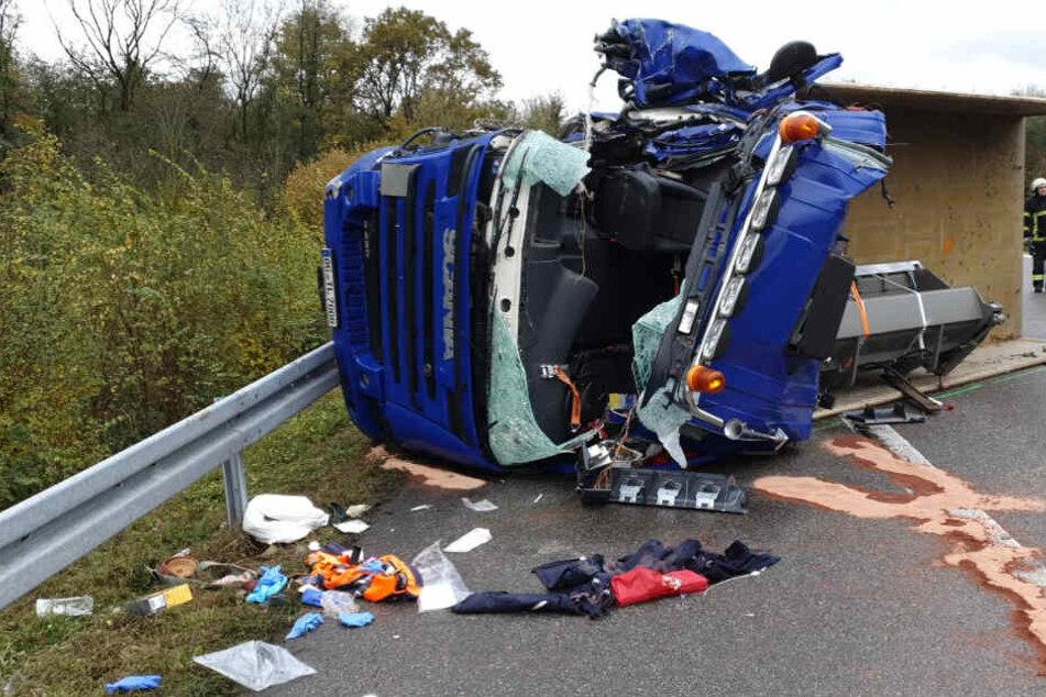 Schwerer Unfall: Lkw prallt auf Standstreifen gegen Auto und kippt um