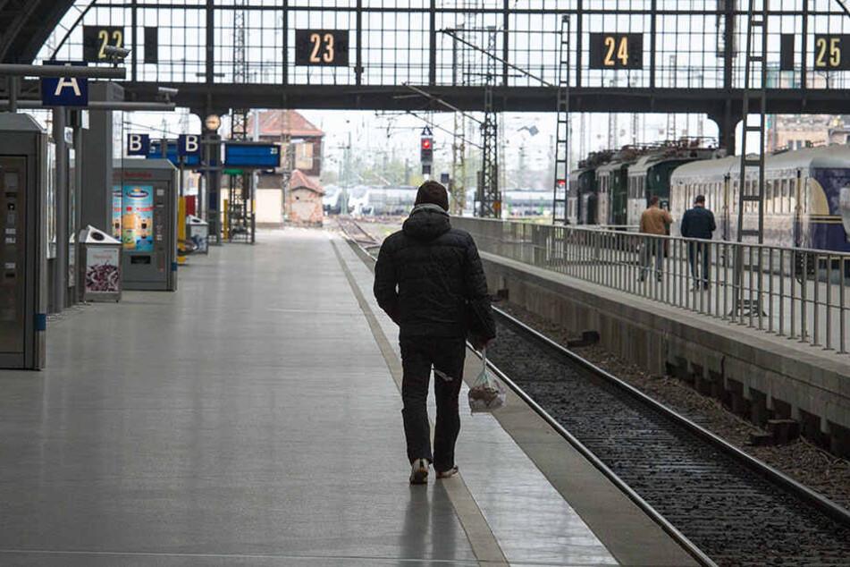 Der Mann sprach die Frau am Bahnsteig an und griff sich anschließend in die Hose. (Symbolbild)