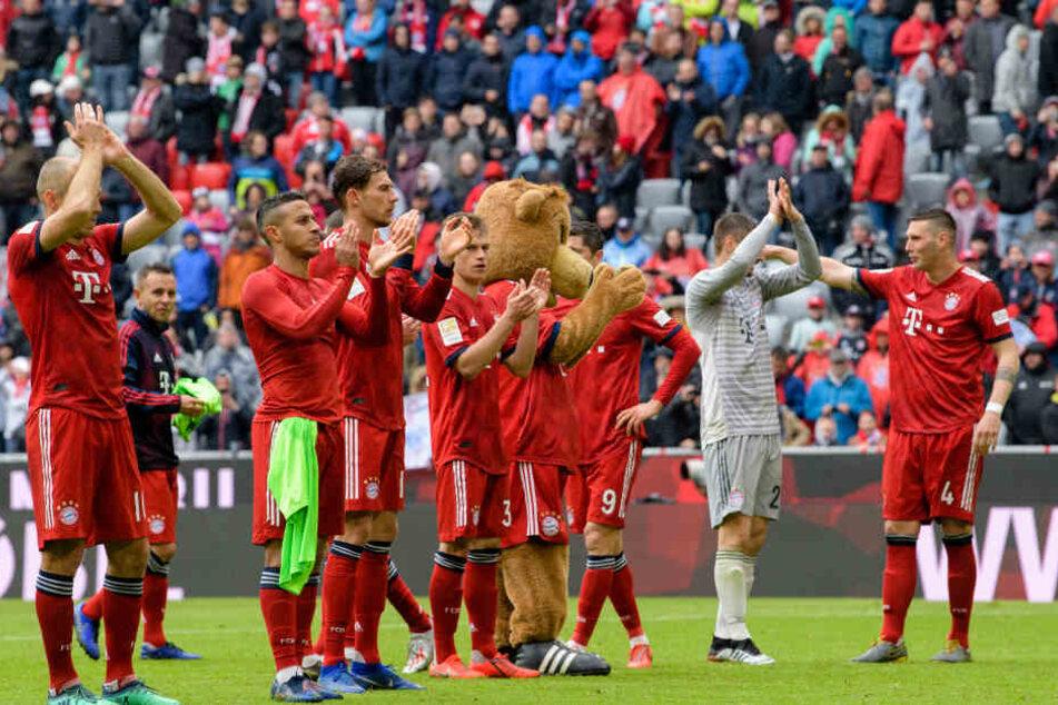 Die Spieler des FC Bayern feiern im Anschluss an den Sieg gegen Hannover vor der Fankurve.