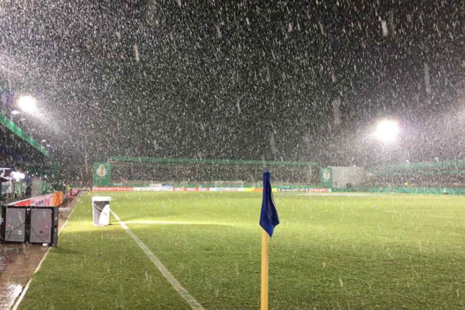 Dichtes Schneetreiben: DFB-Pokal-Spiel Lotte gegen BVB abgesagt!