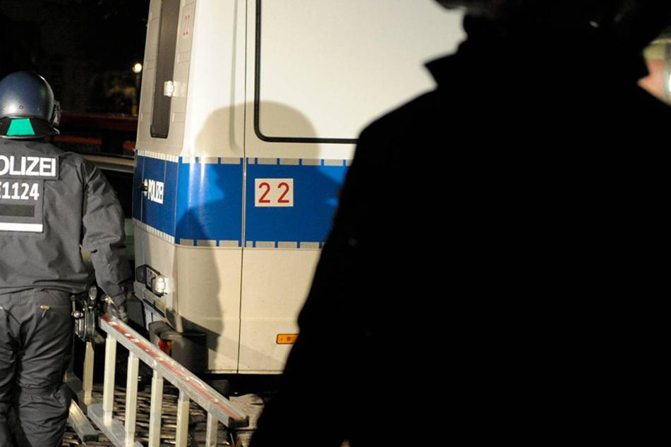 Nach dem Angriff auf Polizisten wurden nunmehr zwei Männer angeklagt.