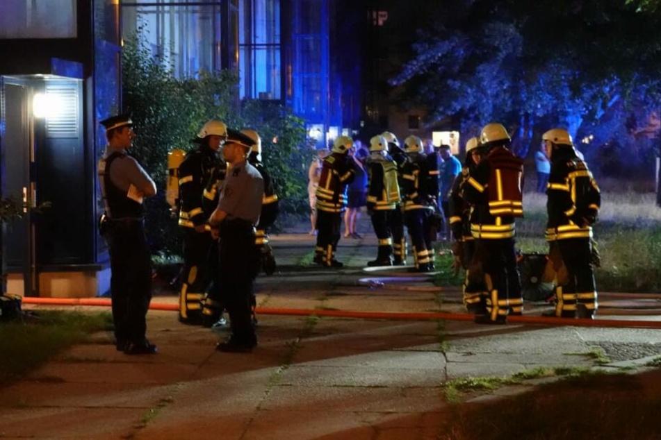 Die Feuerwehr musste am Dienstagabend einmal mehr nach Leipzig-Grünau zu einem Kellerbrand ausrücken.