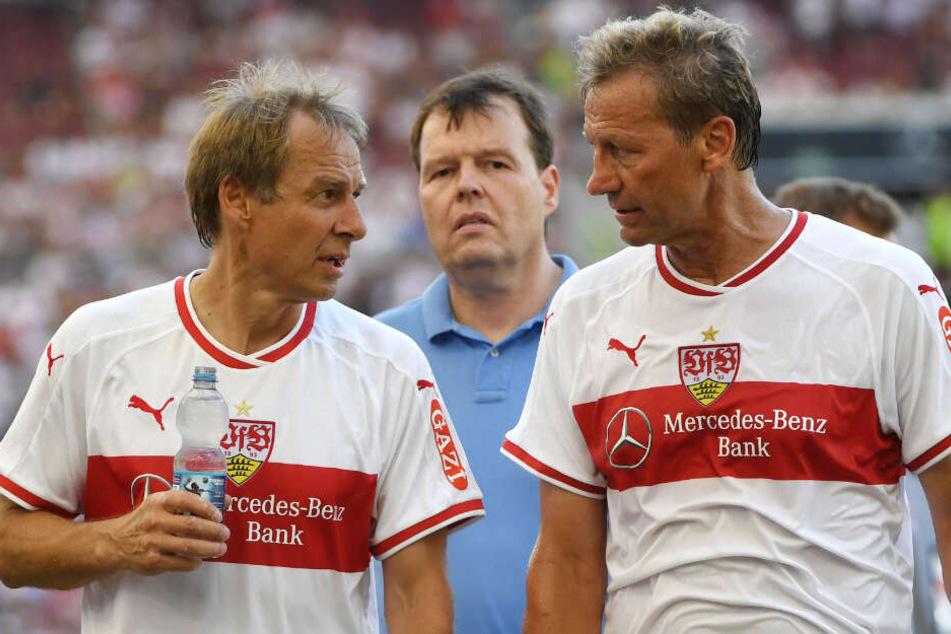 Die ehemalige Spieler des VFB, Jürgen Klinsmann (l) und Guido Buchwald unterhalten sich nach einem Legendenspiel.