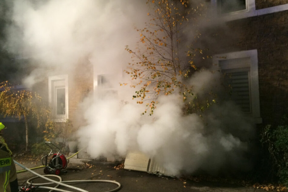 Unter Atemschutz gingen die Einsatzkräfte gegen das Feuer vor.