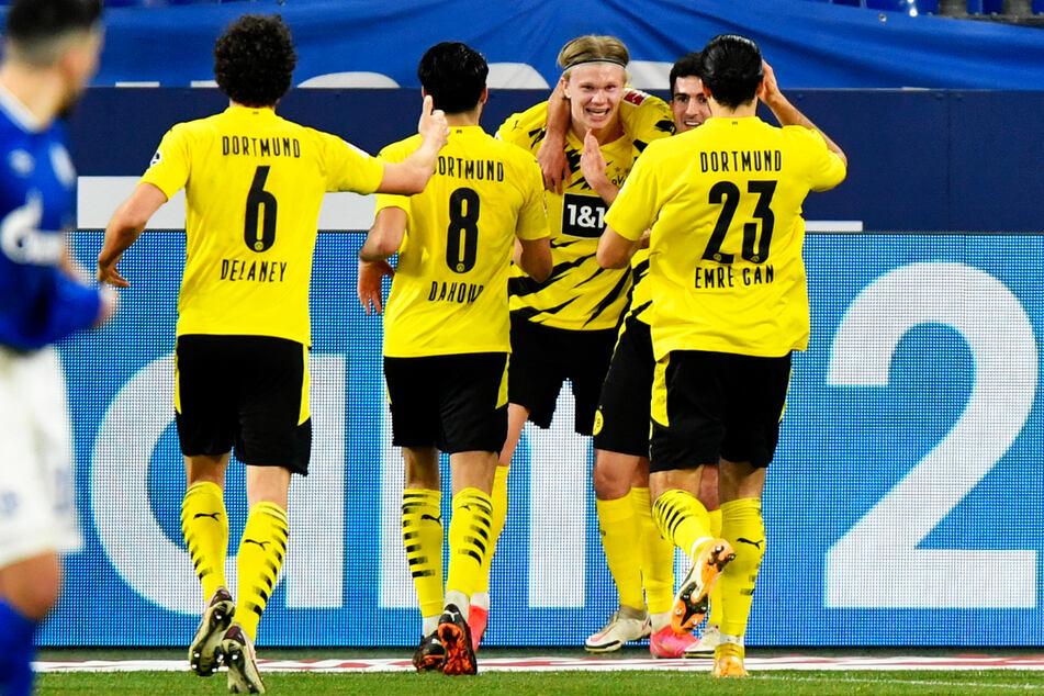 Er überragt weiterhin mit einer beeindruckenden Konstanz und Torgier: Erling Haaland (3.v.r.) erzielte gegen den FC Schalke 04 seine Liga-Saisontreffer 16 und 17. Damit hat er zwei Tore mehr als die Knappen insgesamt auf dem Konto.